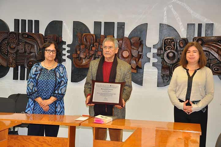 Acompañaron al premiado, la secretaria Académica, Magdalena Hernández Alarcón, y la investigadora Norma Angélica Cuevas