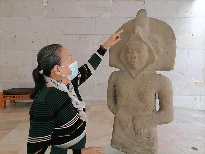 La directora del MAX muestra la escultura femenina de Tepetzintla