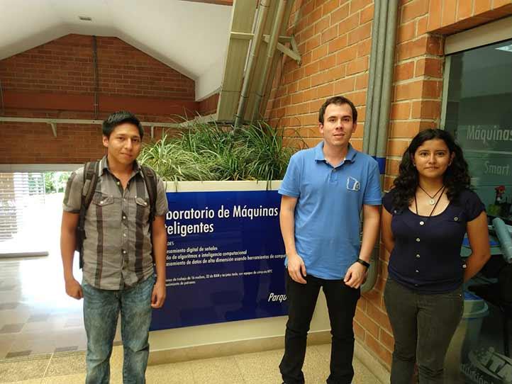 Paulo Peredo y Astrid Rodríguez con un estudiante colombiano durante su estancia en el ITM de Medellín