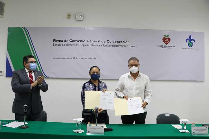 Sara Ladrón de Guevara, Carlos Lamothe Zavaleta y Cornelius Daniel Versteeg Zebadúa durante la firma del convenio