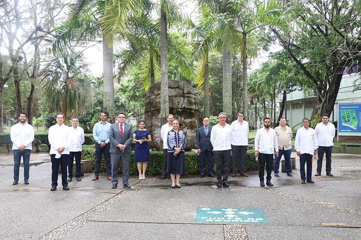 Representantes del Banco de Alimentos Olmeca y de la UV