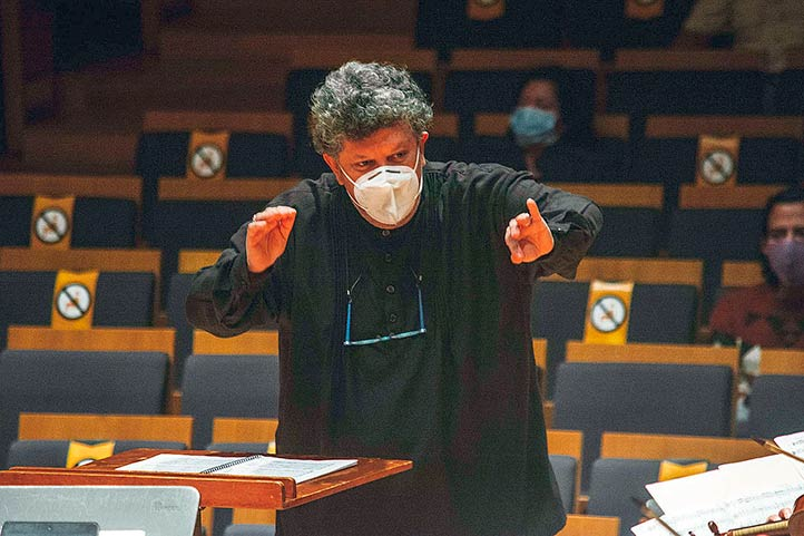 Rafael Palacios dirigiendo a la OSX