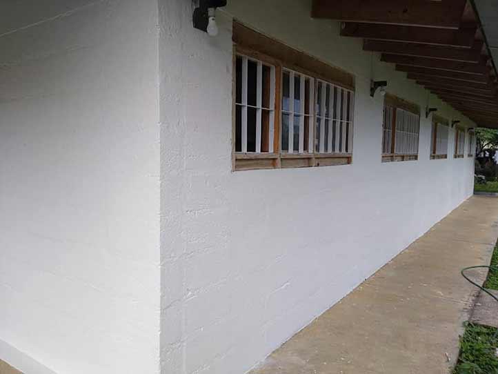 Se aplica pintura al interior y al exterior de la casa