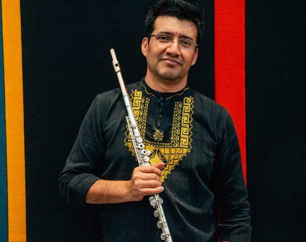 """""""De niño, lo mío era tocar música andina en las calles, en los portales de Morelia"""", recordó el flautista de la Orquesta Sinfónica de Xalapa"""