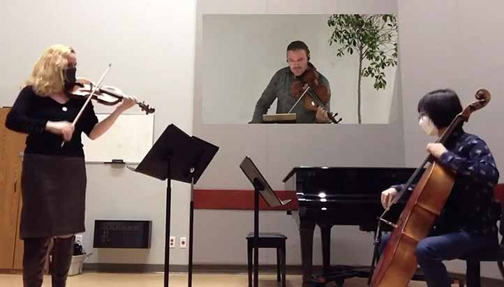 Jeanette Bernal (violín), Ruel Antonio Bernal (viola) y Luke Kim (violonchelo) interpretan La floresta, de Eduardo Gamboa