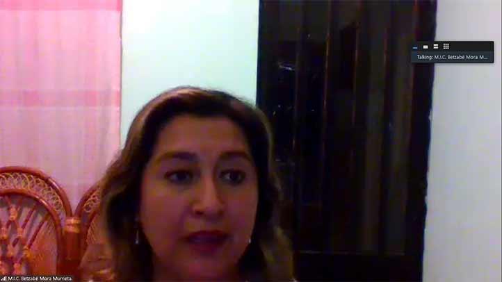 Betzabé Mora Murrieta, secretaria de la FCQ, felicitó al grupo de titulados, a pesar de las adversidades por la pandemia