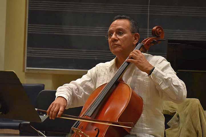 Desde 1981, Alfredo Escobar Moreno es parte de la actividad musical de la Universidad Veracruzana