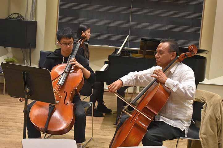 En la Universidad de Victoria, Canadá, practicando con alumnos