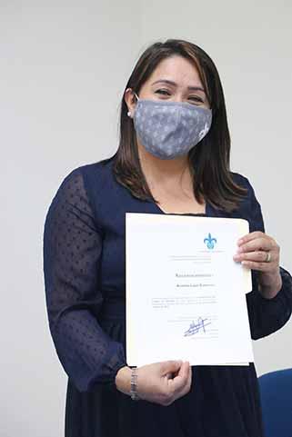 Ana Lidia Luján Gutiérrez recibió un reconocimiento por sus ocho años al frente del Centro