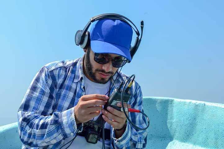 Omar Hurtado empleó un hidrófono para captar y estudiar los sonidos emitidos por las manadas de tursiones