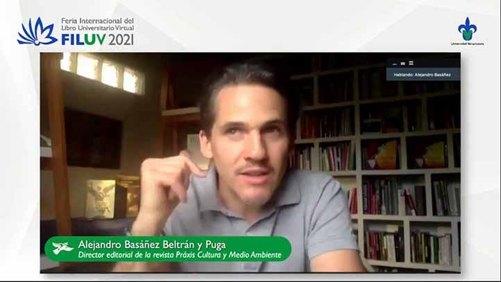 Alejandro Basáñez, de la revista Praxis. Cultura y medio ambiente, moderó el conversatorio