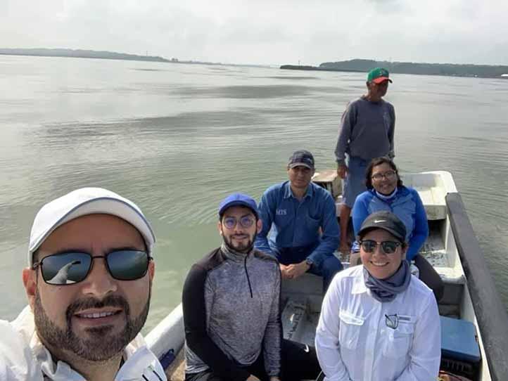 Equipo del Instituto de Investigaciones Biológicas de la UV durante los recorridos y navegaciones en aguas costeras de Alvarado