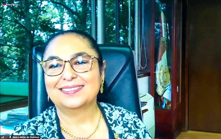 La rectora de la UV, Sara Ladrón de Guevara, felicitó a la comunidad universitaria, a la AMEFMVZ y agradeció el reconocimiento recibido