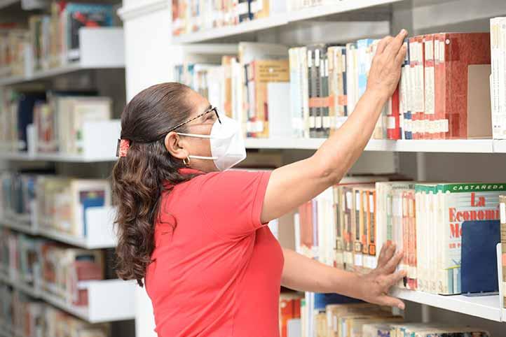 La bibliotecaria Concepción Almora Bautista en labor de reacomodo