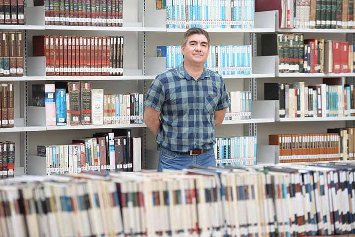 """""""Dentro de las colecciones que manejamos, tenemos un aproximado de 24 mil volúmenes"""", dijo Francisco Fernando Ortega Valdés, encargado de la Biblioteca"""