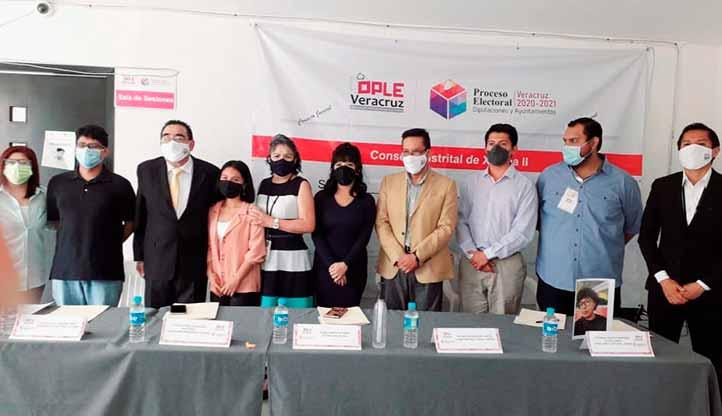 Diana Campos, al centro de la imagen, con los integrantes del Consejo Juvenil Distrital de Xalapa