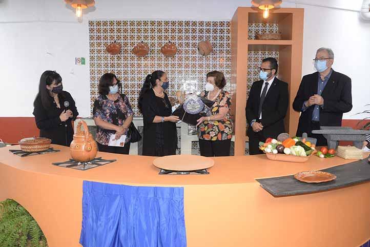 La Rectora entregó una placa conmemorativa a Marisa Paseiro
