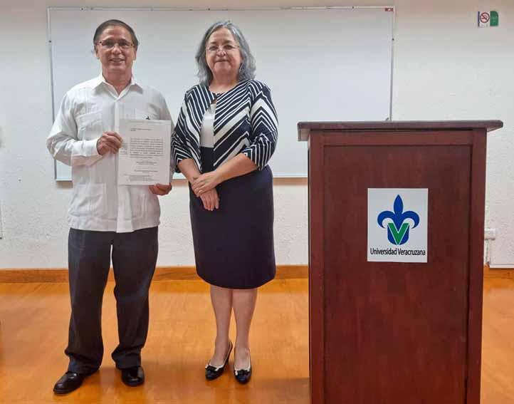 Héctor Narave recibió el nombramiento de manos de Clementina Barrera, directora de la Facultad de Biología
