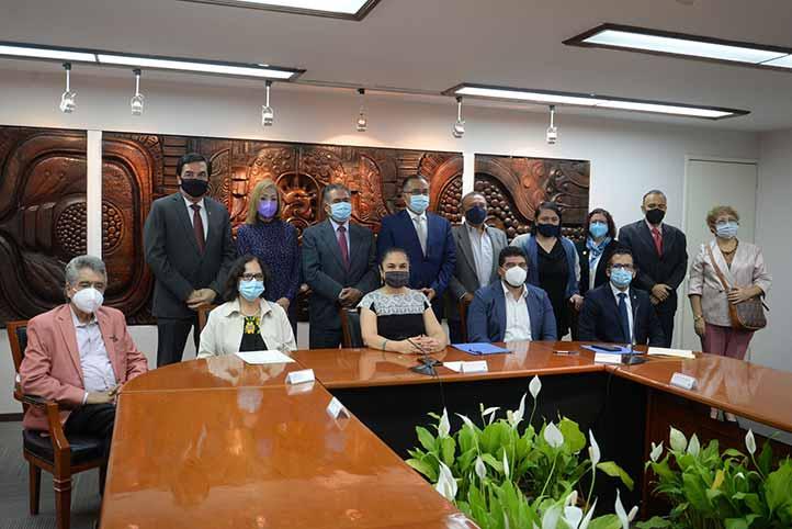 La firma del acuerdo contó con la presencia de directivos de la UV y la SEV