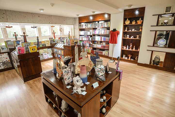 En este espacio los visitantes hallarán suvenires, libros y otros artículos