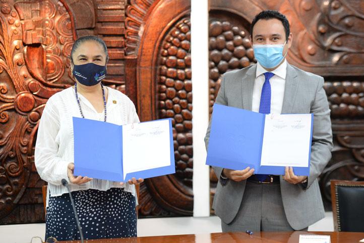 La rectora de la UV, Sara Ladrón de Guevara, y el titular de Sefiplan, José Luis Lima, firmaron el convenio de colaboración