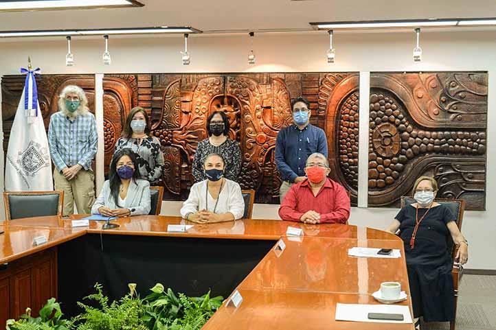 Autoridades universitarias e integrantes del Comité Bi-Institucional de la Cátedra Gonzalo Aguirre Beltrán, durante el acto