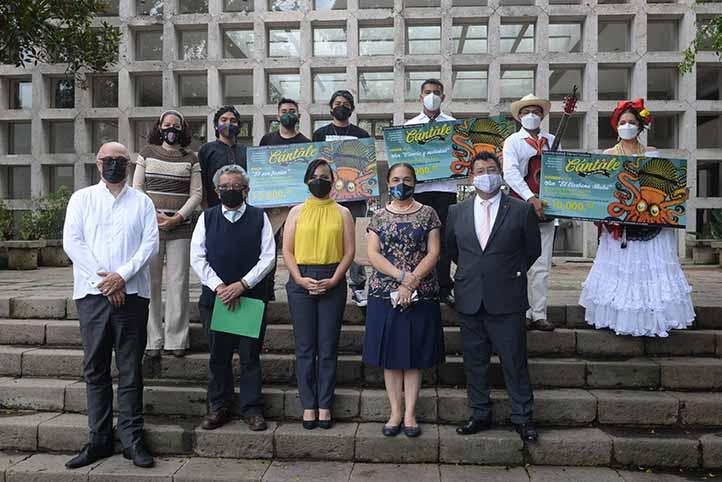 Los ganadores del VII Concurso Universitario de Divulgación de la Ciencia 2021, acompañados de las autoridades de la UV