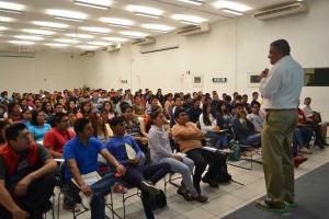 Enrique Benítez charló con estudiantes de la FCyA