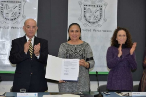 Pelayo Vilar Puig, Sara Ladrón de Guevara y Leticia Rodríguez Audirac, después de la firma