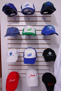 En las gorras se aprecian diseños variados