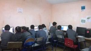 Los estudiantes aprenden el uso correcto de la tecnología