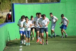 Los jóvenes realizan trabajo de velocidad y resistencia