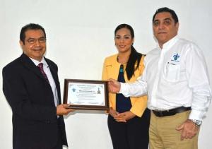 El Vicerrector entregó un reconocimiento al ponente