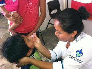 Jéssica aplicó vacunas a niños de Buena Vista