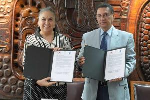 Sara Ladrón de Guevara y José Velasco Toro firmaron el convenio