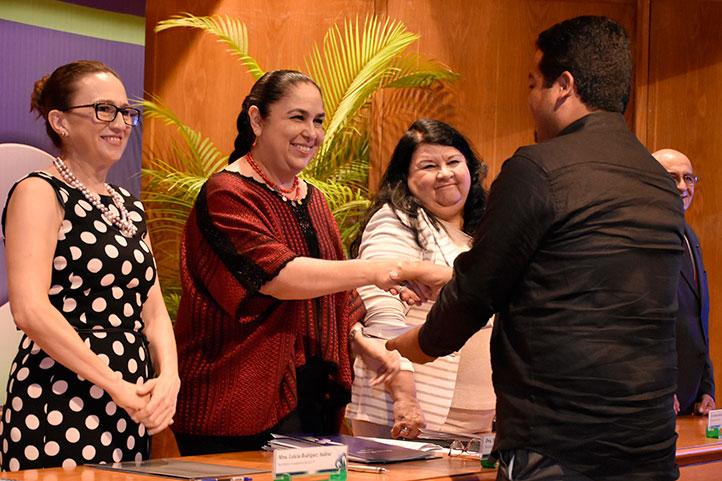 Más de 180 docentes recibieron condecoraciones