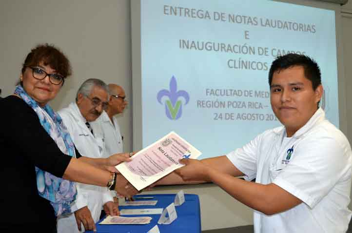 Aurora Galicia Badillo felicitó a los universitarios