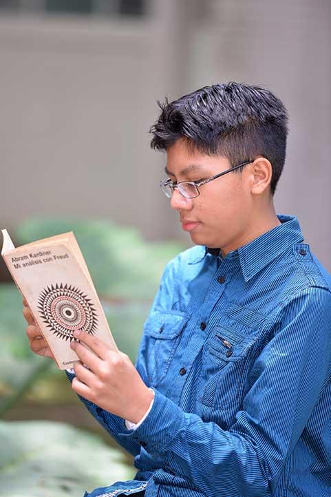 El joven aprendió a leer a los cuatro años