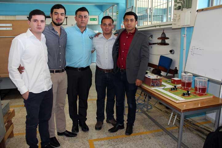 El académico Alejandro Sánchez con alumnos que idearon un sistema de bombeo automatizado