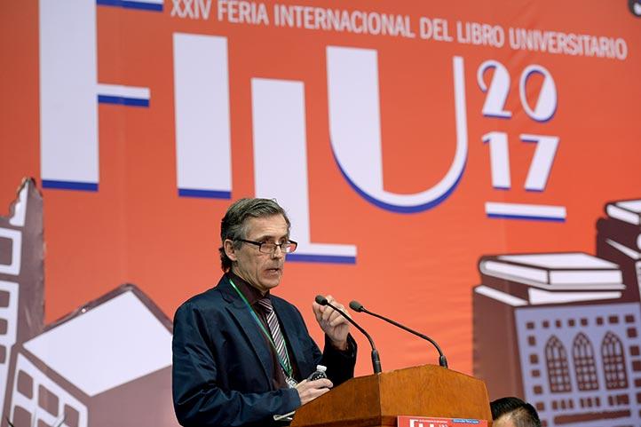 El académico estadounidense recibió la Medalla al Mérito UV