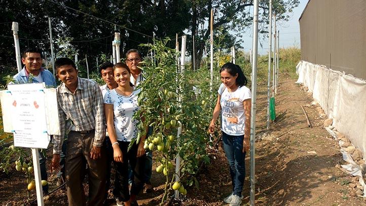 Los universitarios con el profesor Hilario Ortiz Romero