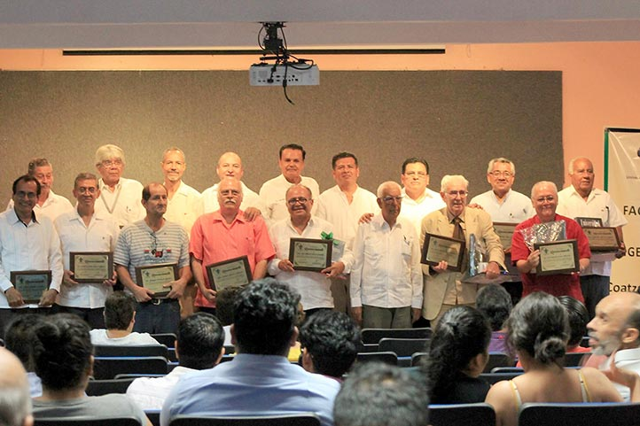 Los homenajeados con el Director y el Secretario Académico Regional