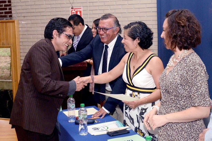 Juan Carlos Hernández García, primer estudiante en titularse