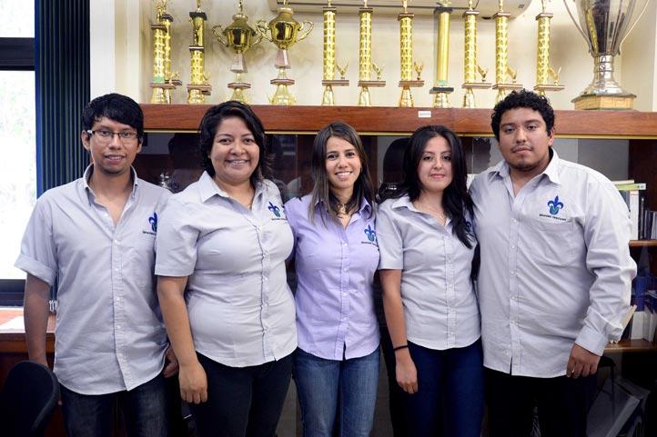 Equipo de Informática Administrativa con Aurora Pérez Rogelio, su asesora