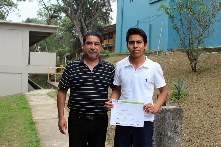 El académico Andrés López y Antonio Fernández, estudiante beneficiado