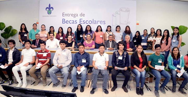 Autoridades universitarias con los jóvenes beneficiados