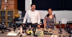 Héctor Cerecedo y Patricia Padilla en el Laboratorio de Óptica Aplicada