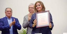 Carmen Báez Velázquez, directora de Idiomas, recibió las constancias