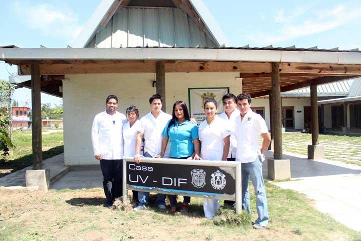 Prestadores de servicio social colaboran en la Casa UV