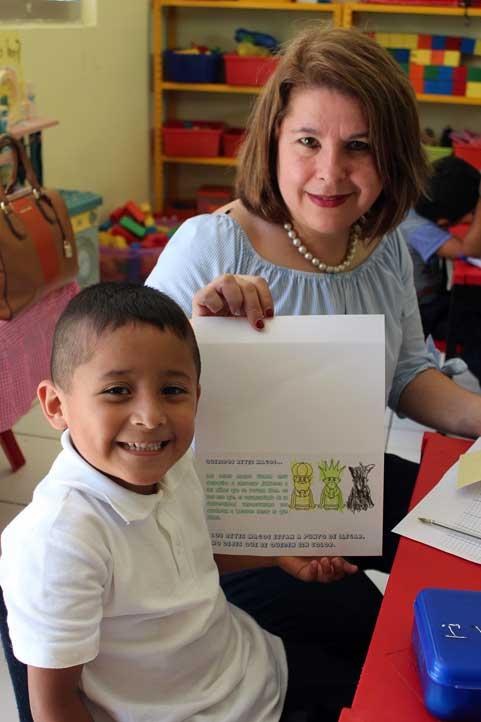 Elia Beltrán Coronel con un niño beneficiado